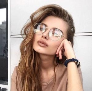 Який макіяж повинен знаходитися під окулярами?